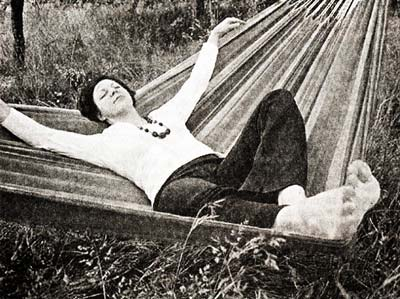 Лежать в гамаке